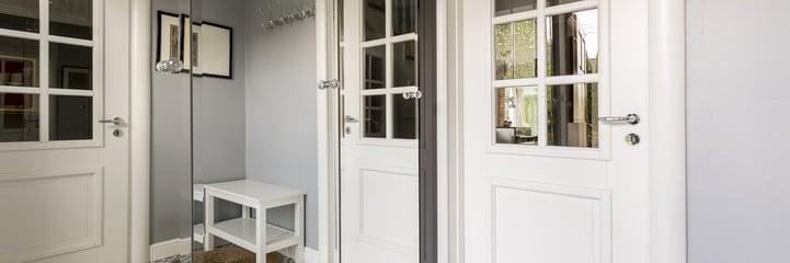 צביעת דלת כניסה מעץ